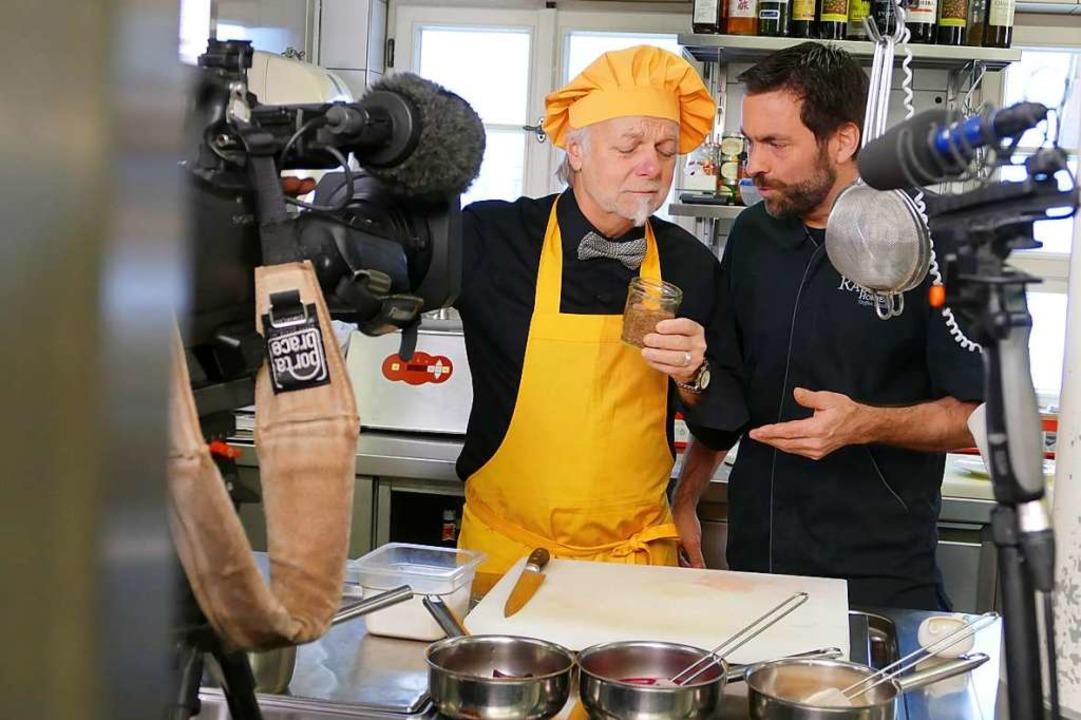 Sternekoch Steffen Disch (rechts) präsentiert André Muller seine Gewürze.    Foto: Nikola Vogt