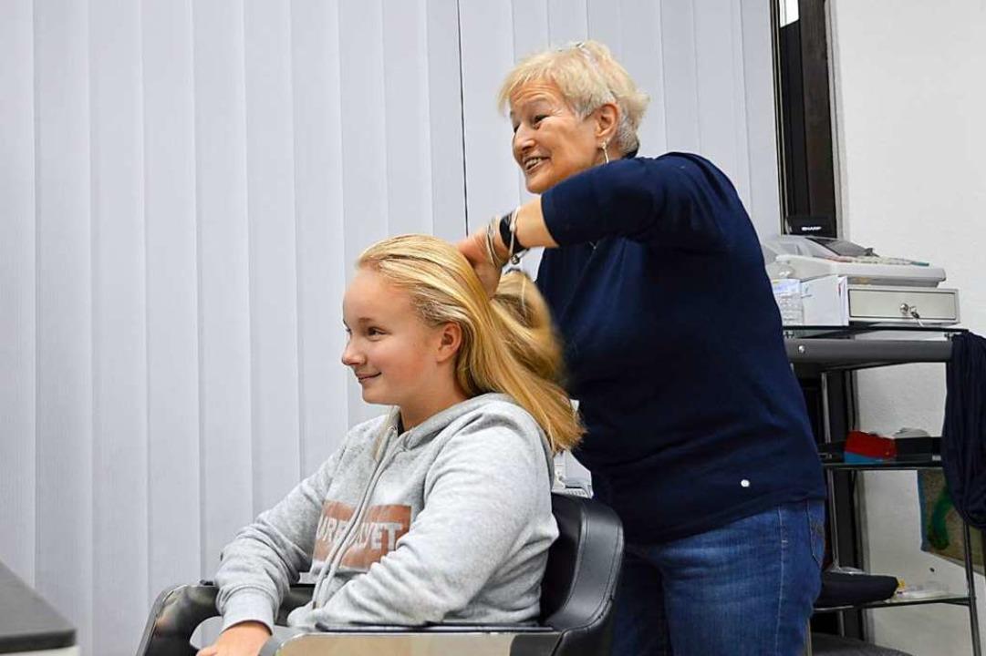 Marion Sailer kämmt einer Kundin die Haare durch.  | Foto: Horatio Gollin