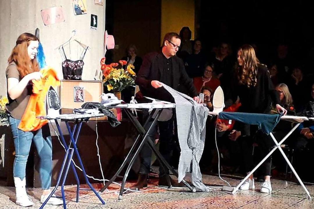 Schauspieler Brandt bei einer Bügelses...icia Delb (links)  und Yara Schweizer.    Foto: Fabian Vögtle