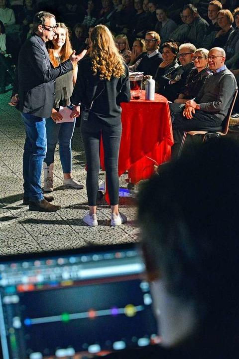 Schauspieler Matthias Brandt beim Talk...icia Delb (hinten) und Yara Schweizer.    Foto: Michael Bamberger