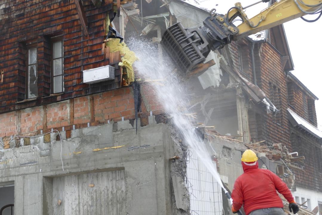 Mit dem Wasserschlauch werden die Abrissstellen bearbeitet.  | Foto: Nikola Vogt