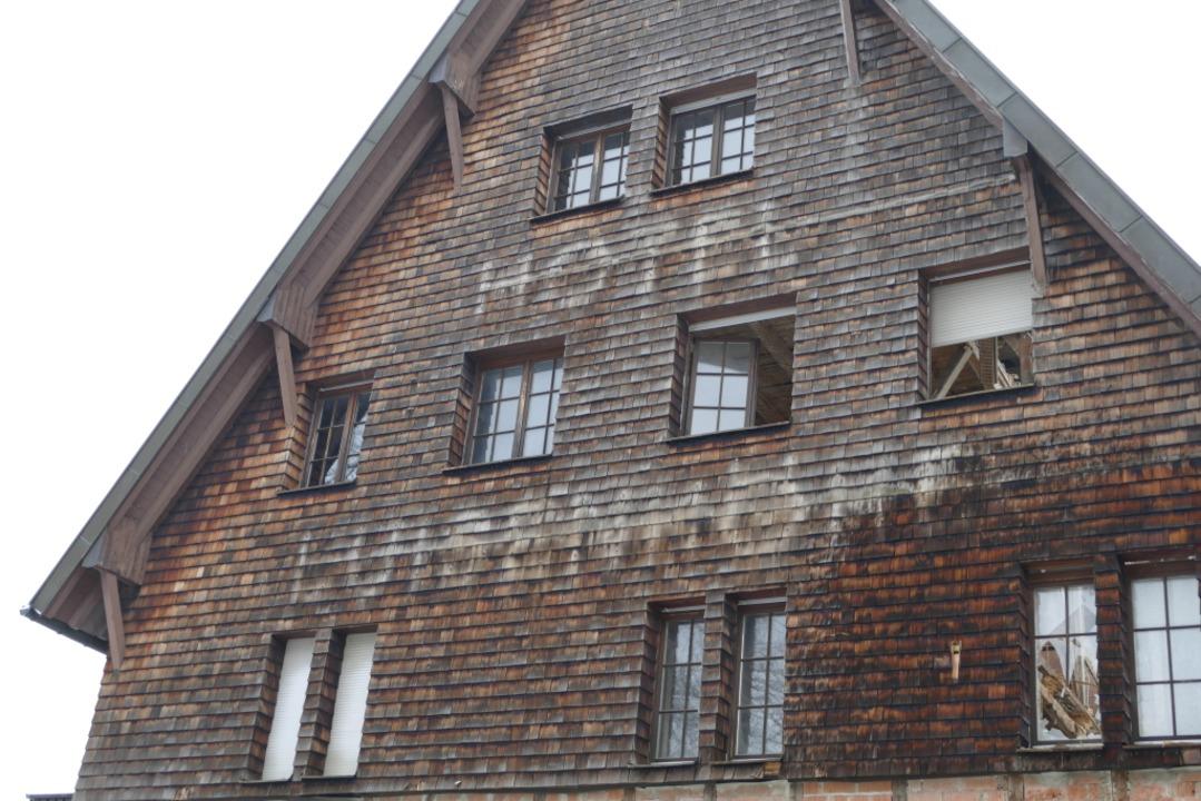 Die Frontseite des Haupthauses mit dem verblichenen Schriftzug  | Foto: Nikola Vogt