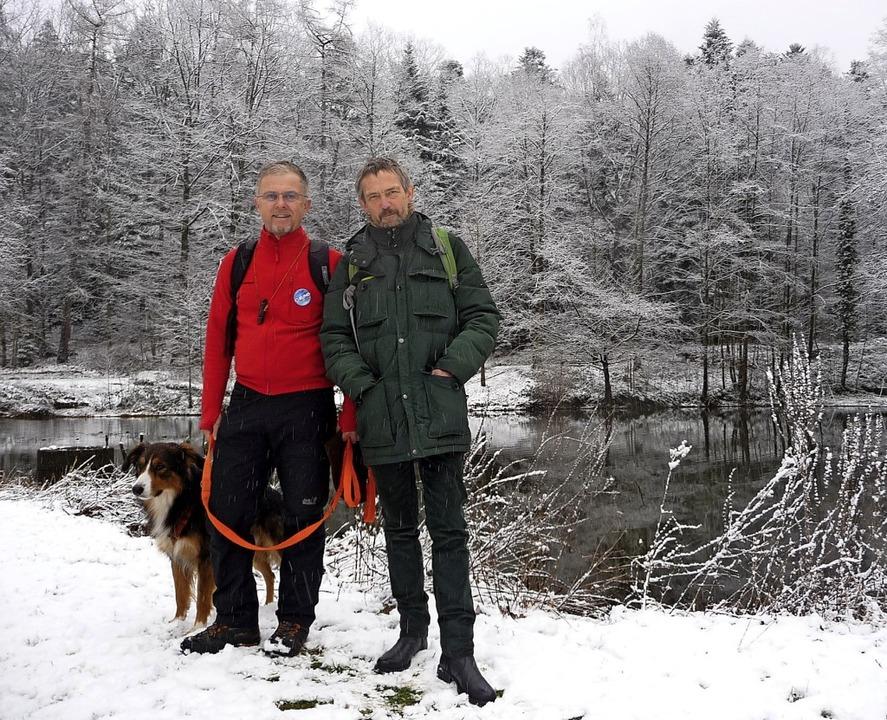 Peter Brenner (links mit Hund Barni)  ...hübel koordinieren die Krötenrettung.     Foto:  tak