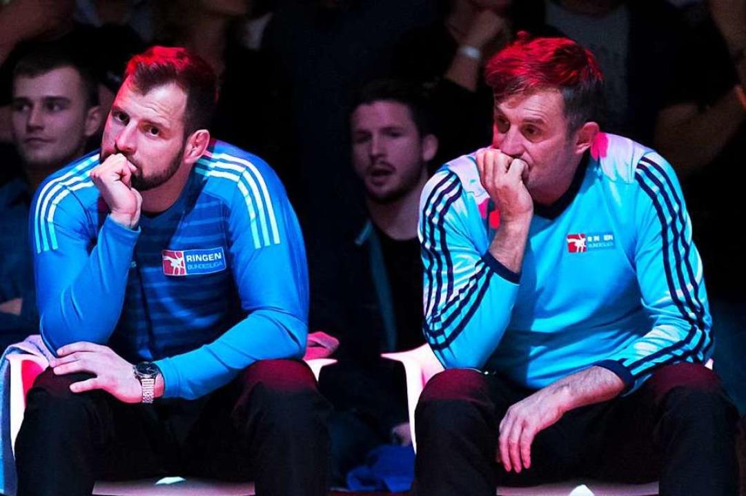 Total enttäuscht: die TuS-Trainer Florian Philipp (links) und Bernd Reichenbach  | Foto: Gerd Gruendl