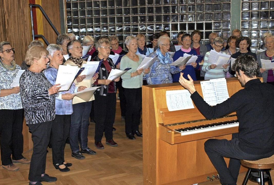 Der Frauenchor Hauingen unter Leitung ...Limentani umrahmte den Neujahrsempfang  | Foto: Paul Schleer