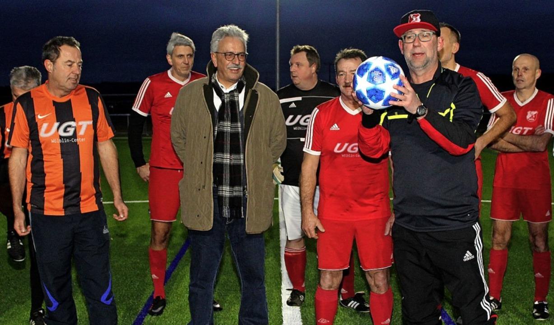 Sie eröffneten den Sportbetrieb auf de... spendierte den Championsleague-Ball.   | Foto: Cremer