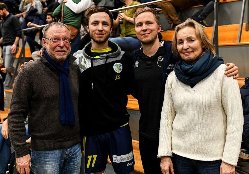Familie Schönhagen, beim Volleyball in...s), Jonathan, Jakob und Mutter Benigna  | Foto: Patrick Seeger