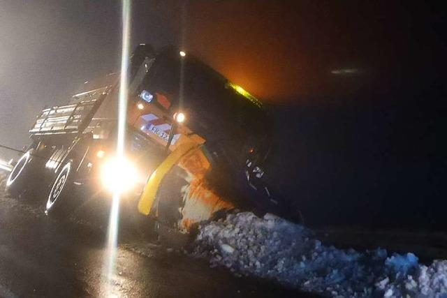 Video: Feuerwehr rettet Schneepflug vor Sturz in den Abgrund