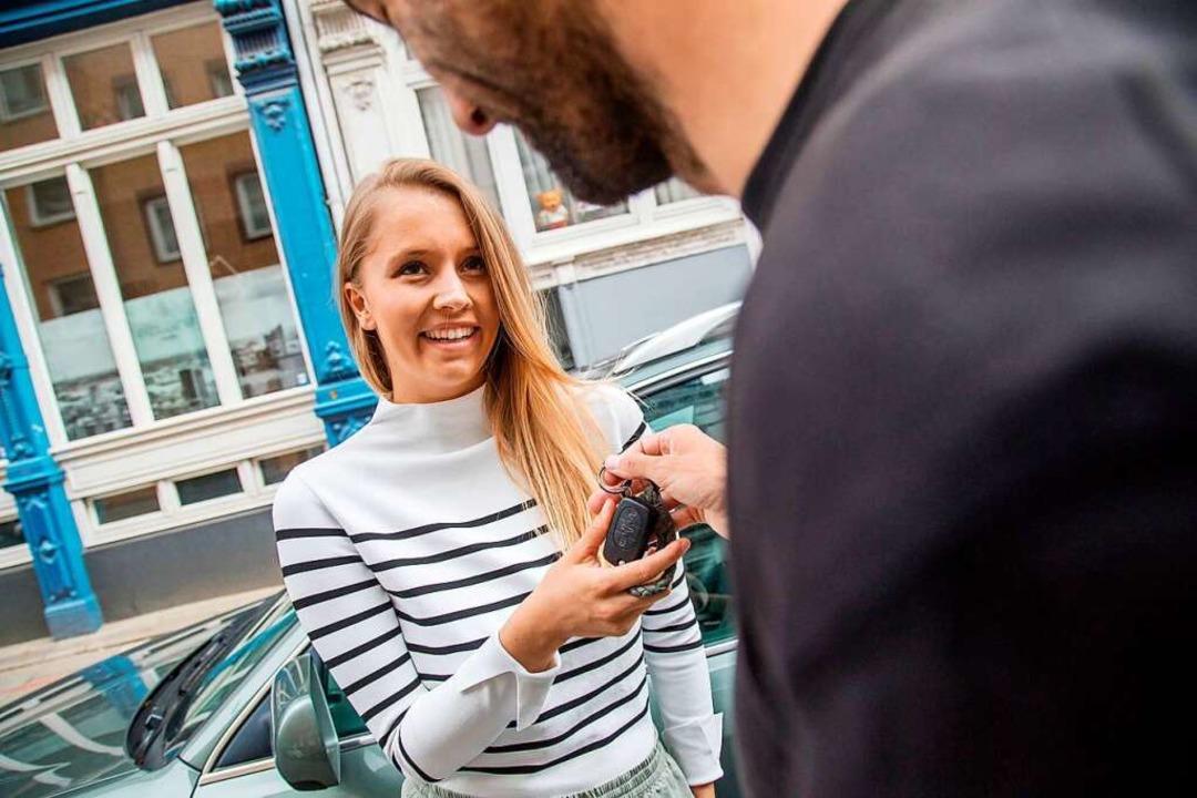 Geregelte Übergabe: Auch beim Verleihe...hen kann im Zweifel auch ein Vertrag.   | Foto: Christin Klose/dpa