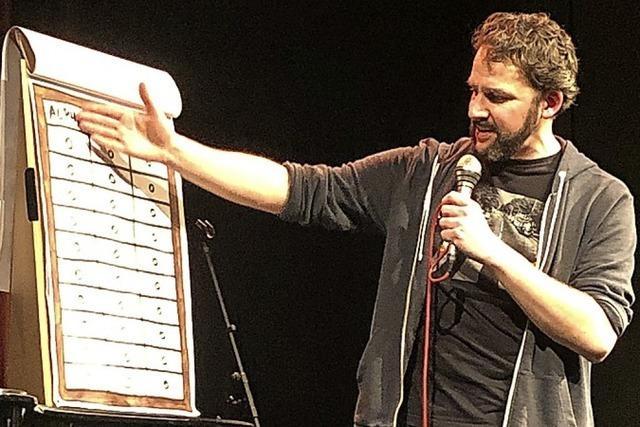 Poetry Slammer Philipp Scharrenberg nimmt in Riegel Germanisten aufs Korn