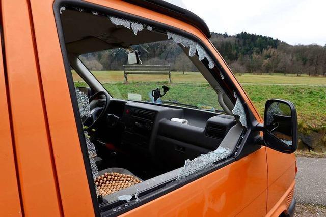 Unbekannte Täter zerstören Scheiben von vier Wohnmobilen
