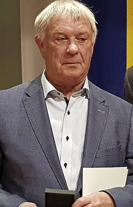 Die Staufermedaille des Ministerpräsidenten erhielt Helge Gutting.  | Foto: Gerhard Walser