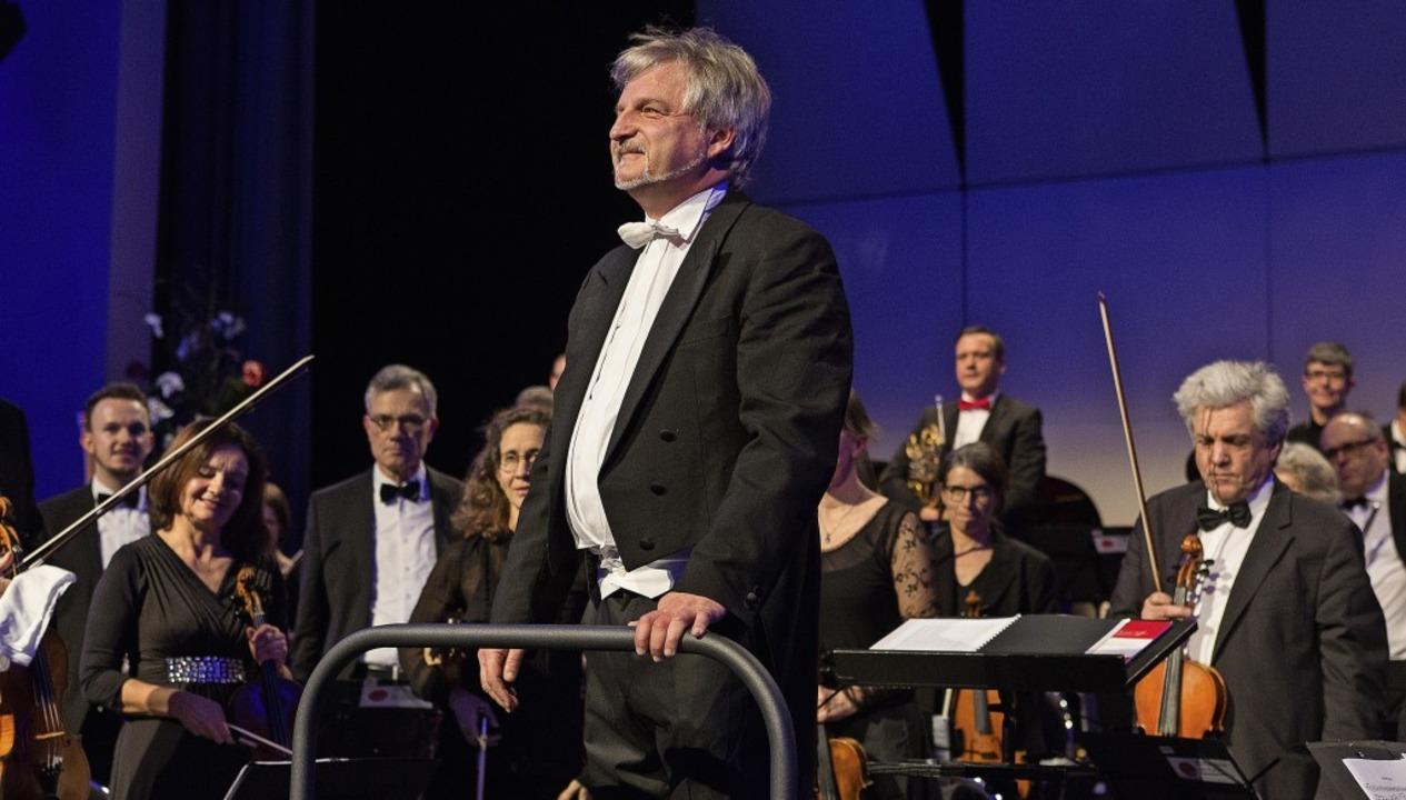 Dirigent Rolf Schilli nimmt den Applaus des Publikums entgegen.     Foto: Susanne Ramm-Weber