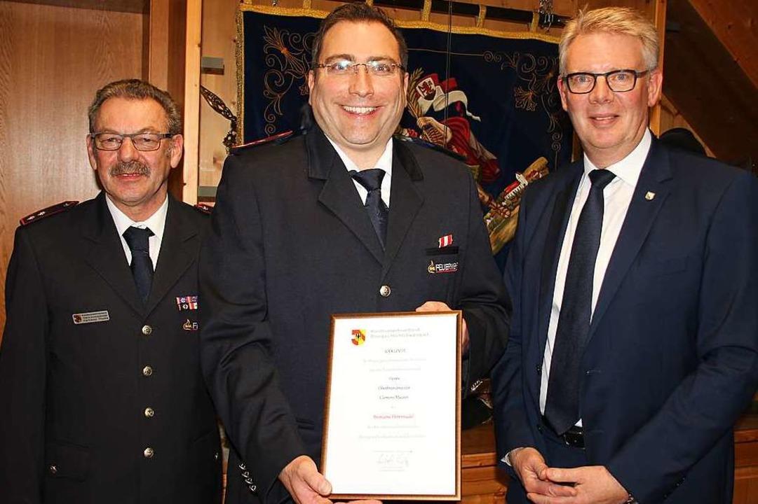 Ehrung für den scheidenden Kommandante... Ehrennadel des Kreisfeuerwehrverbands  | Foto: Mario Schöneberg