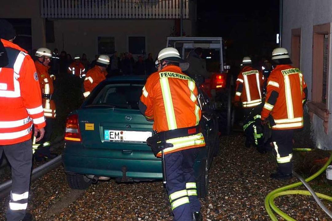 Platz schaffen für die Drehleiter: Mit... Personenwagen aus dem Hof geschleppt.  | Foto: Roland Vitt