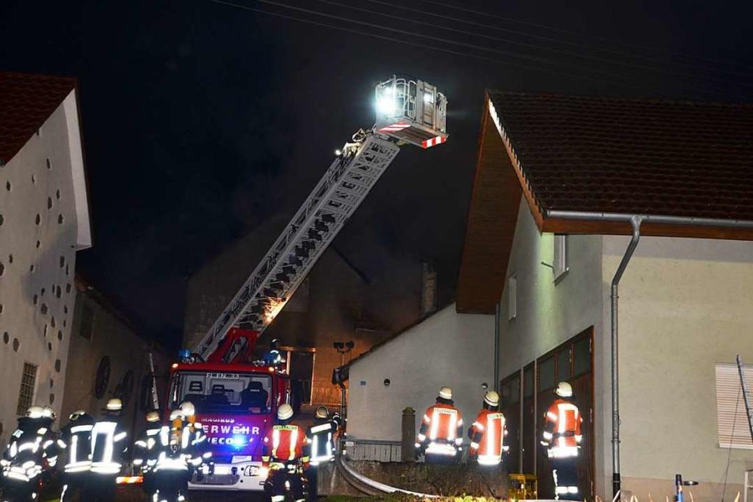 Maßarbeit erfordert das Aufstellen der...h zu Dach verlaufenden Stromleitungen.  | Foto: Roland Vitt