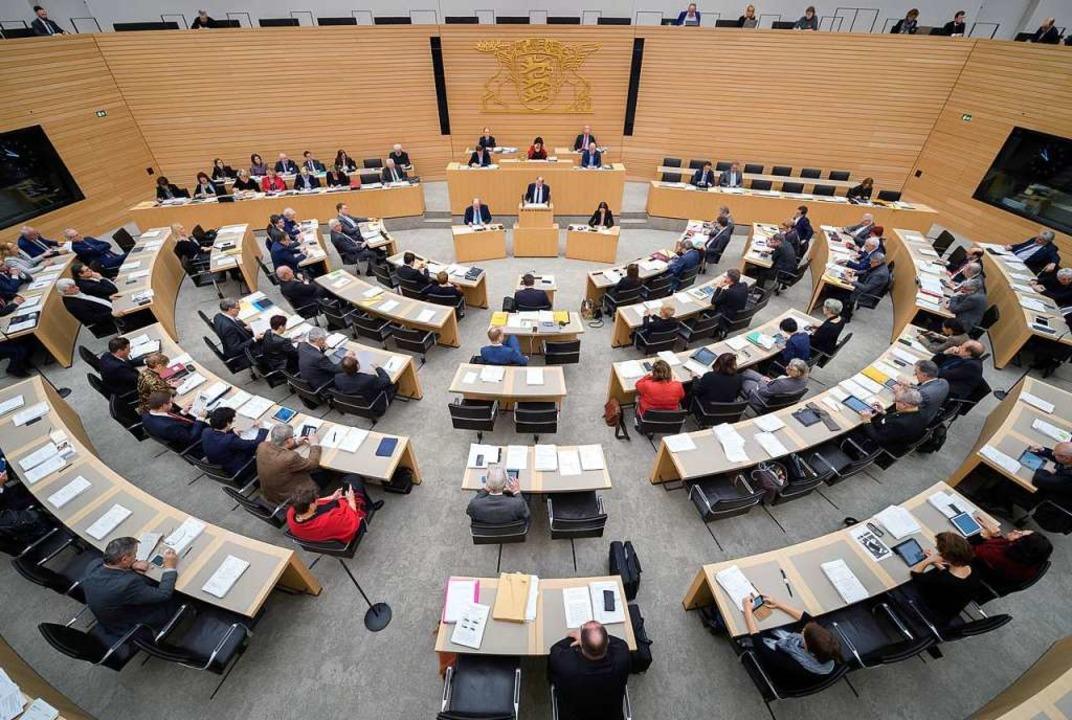 Was macht eine Landesregierung? Auf de...zu sehen ist der Landtag in Stuttgart.  | Foto: dpa