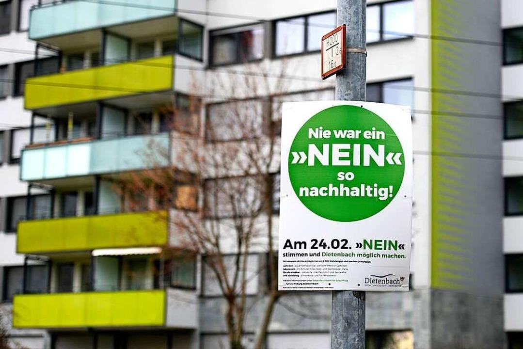 Seit einigen Tagen hängen sie in Freiburg: Plakate der Dietenbach-Befürworter.  | Foto: Thomas Kunz