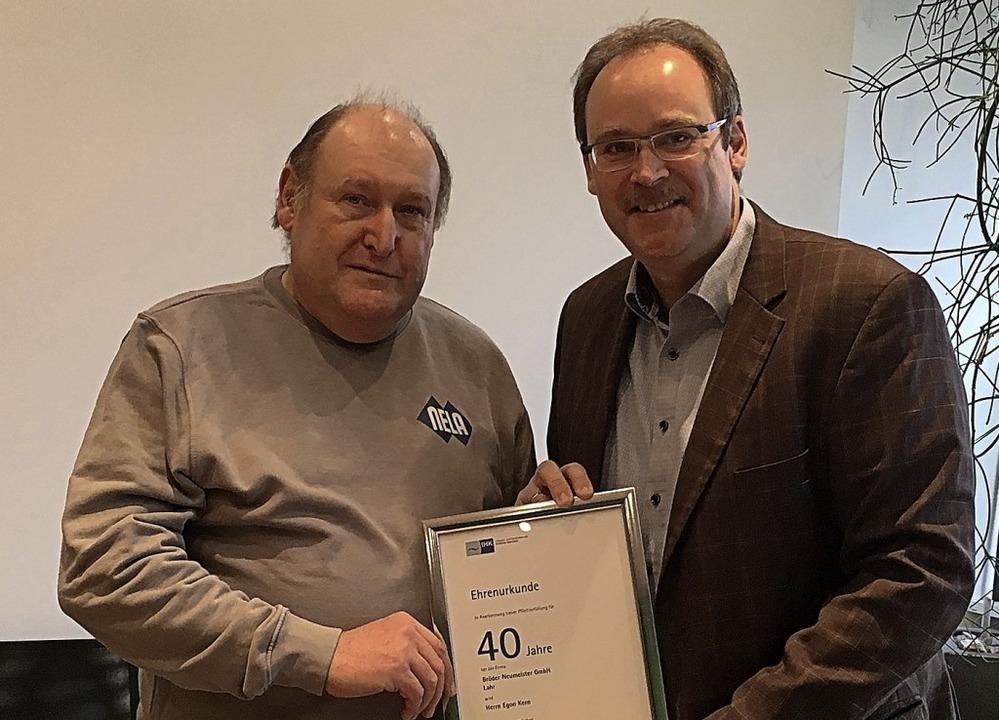 Nela-Geschäftsführer Frank Neumeister ...ie Ehrenurkunde der IHK an Egon Kern.   | Foto: Firma