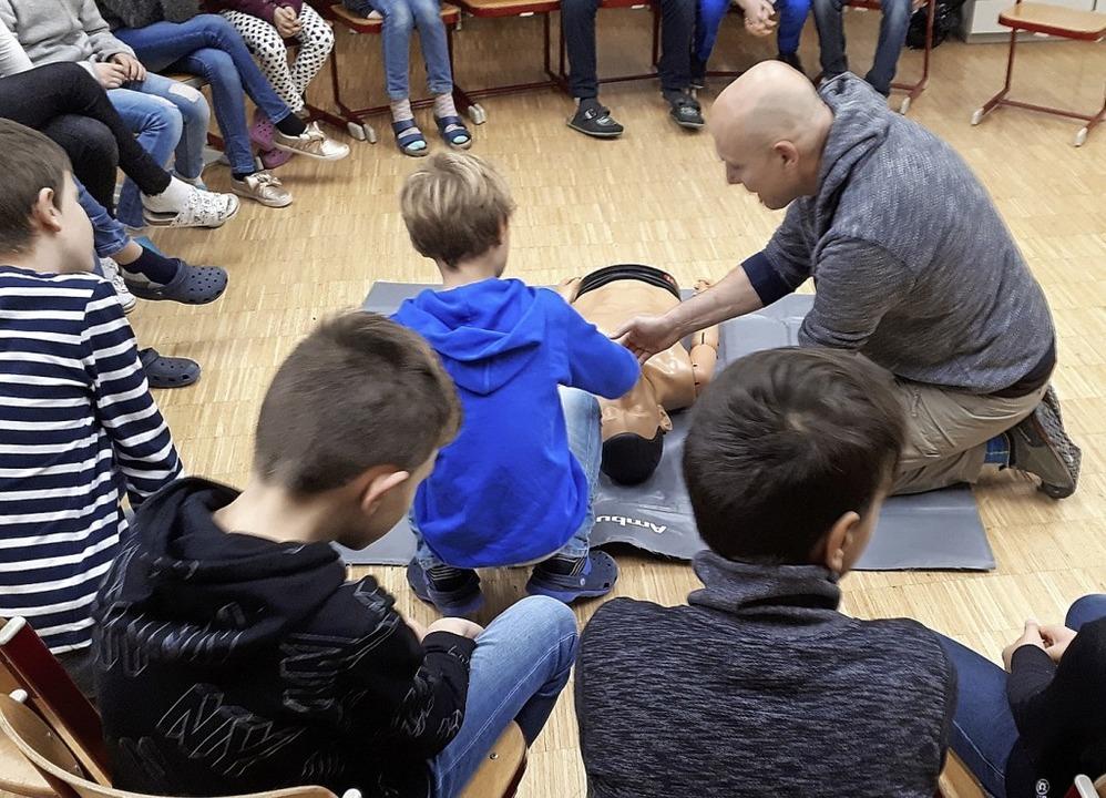 <BZ-FotoAnlauf>Kurs:</BZ-FotoAnlauf> &...Reanimation, lernten Hofackerschüler.     Foto: Schule