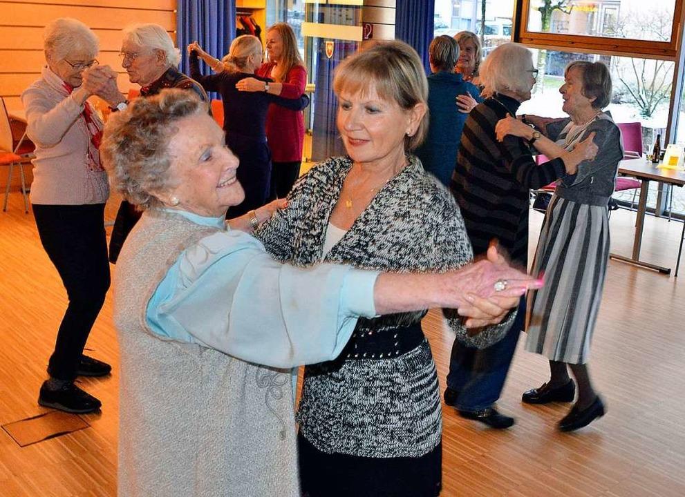Das Bewegungspensum für heute haben diese Tänzerinnen und Tänzer locker erfüllt.  | Foto: Michael Bamberger