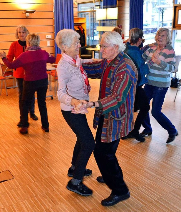 Anderthalb Stunden dauert der Tanztee ...t ganz junger und sehr alter Menschen.  | Foto: Michael Bamberger
