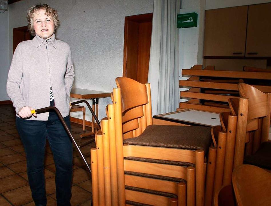 Pfarrerin Anke Doleschal mit Stühlen a...g unter anderem gekauft werden können.  | Foto: Heidi Fößel