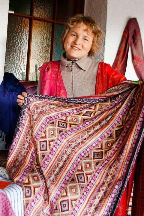 Doleschal mit der neuen Tuch-Kollektion  | Foto: Heidi Fößel