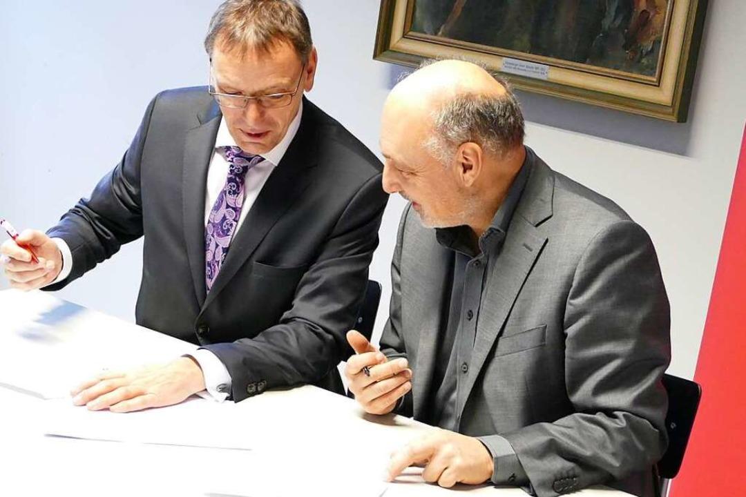 André Marker (li.), Vorstandsvorsitzen...ift unter den neuen Sponsoringvertrag.  | Foto: Sabine Ehrentreich