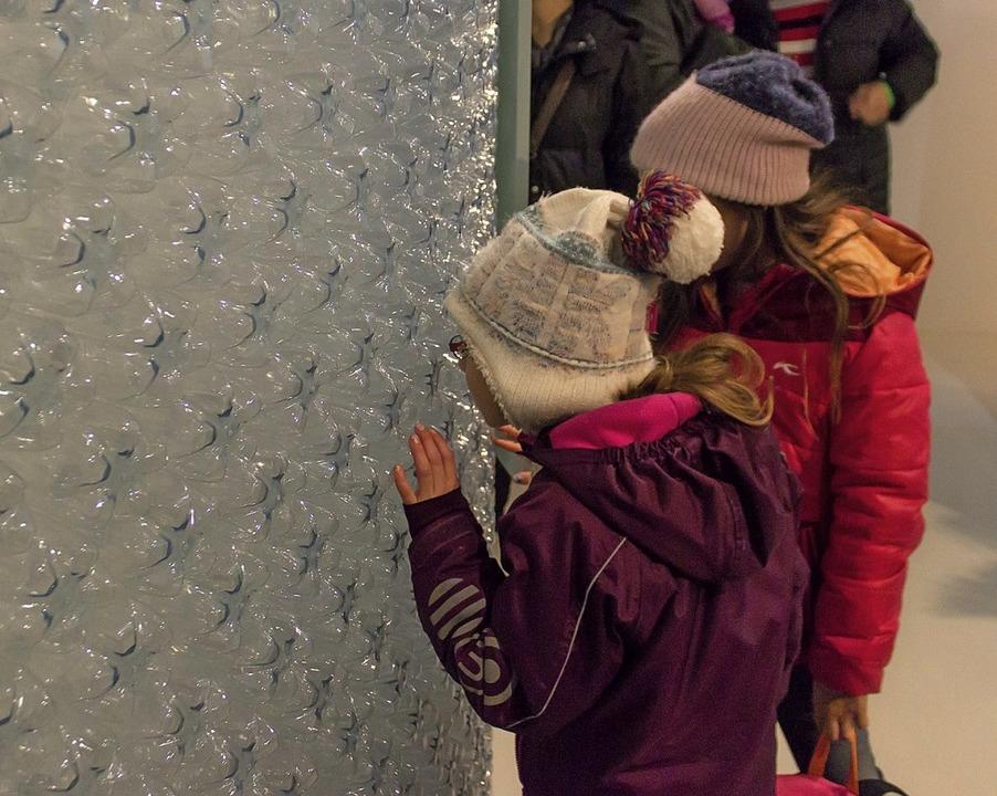 Was ist da zu sehen? Kinder kommen bei...Museumsnacht in Basel auf ihre Kosten.  | Foto: Jonas Schwarzwälder