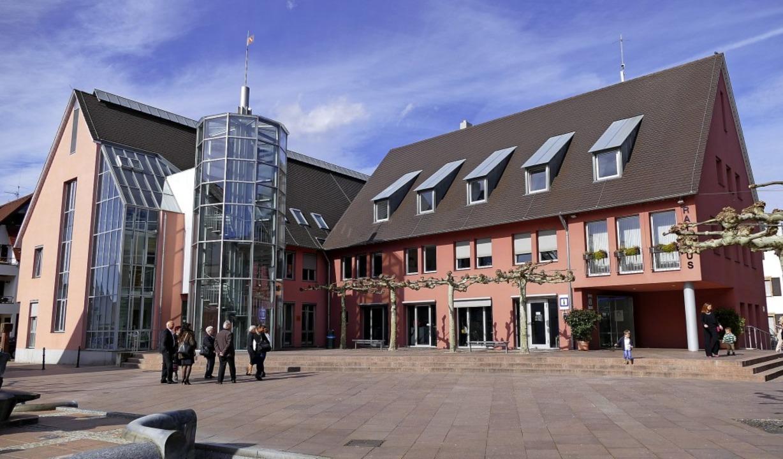 Ein enormes Arbeitspensum steht den Mitarbeitern im Neuenburger Rathaus bevor.   | Foto: Helena Hiss