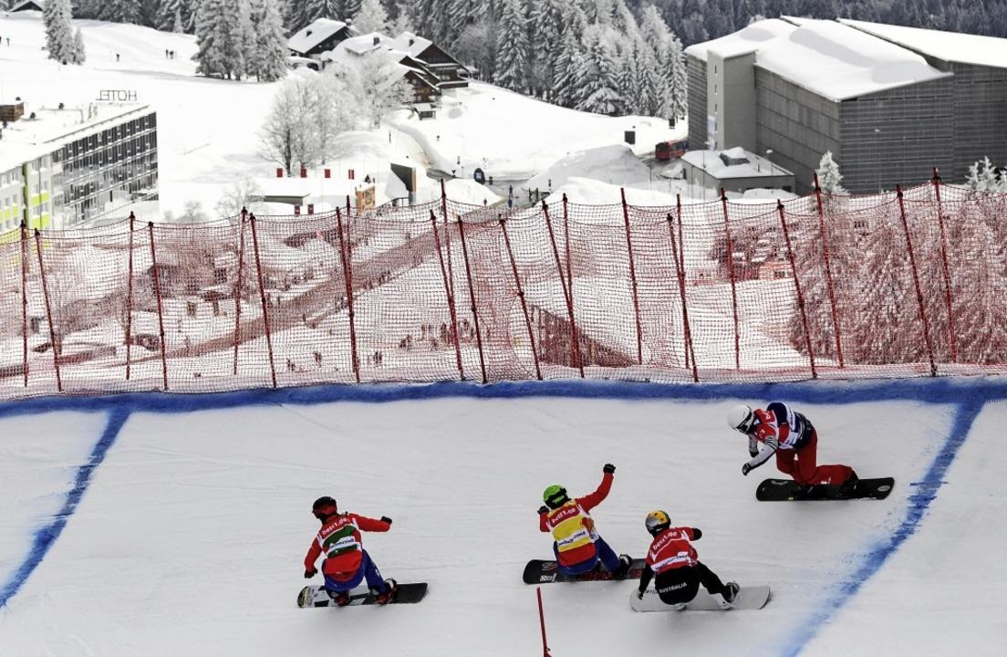 Im Viererzug durch die Steilkurven: Im...Snowboard- und Sklcrosser gefordert.    | Foto: patrick seeger