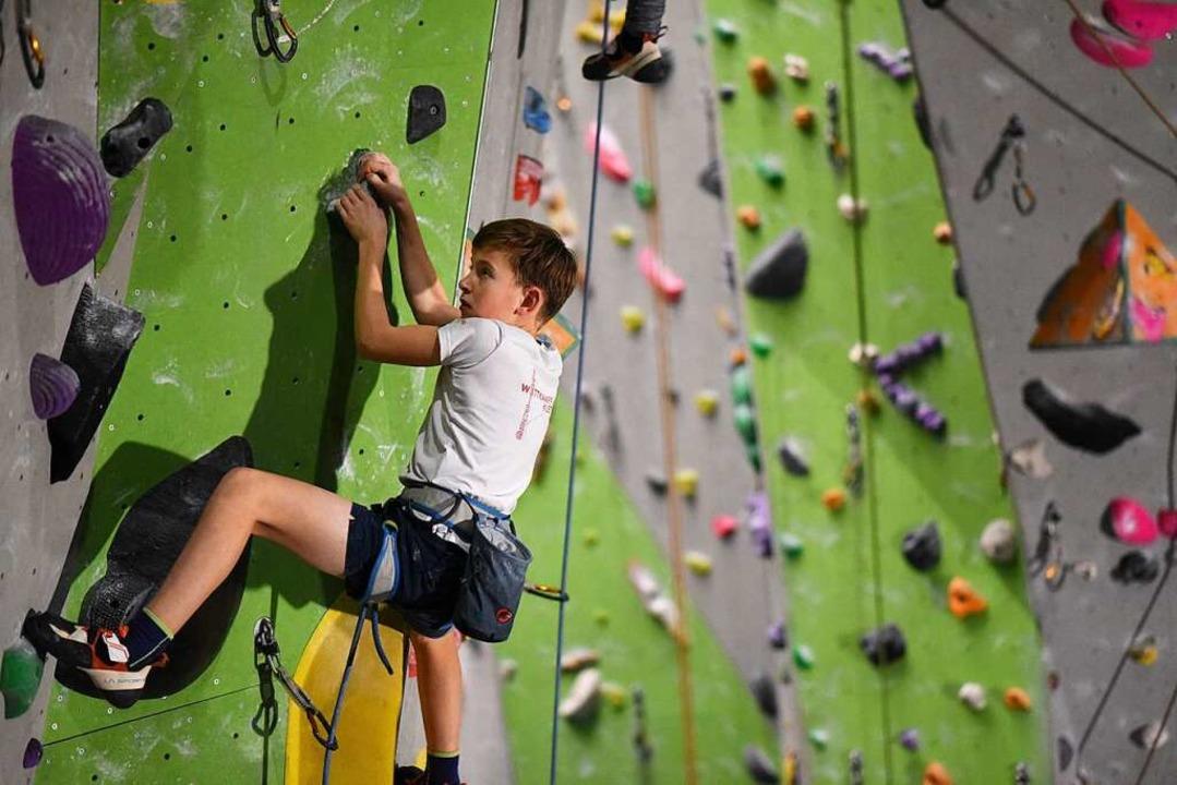 Die jungen Kletterer müssen sich überlegen, wie sie die Route angehen wollen.    Foto: Jonas Hirt