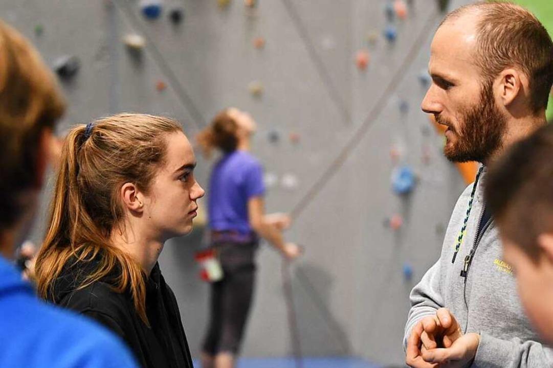 Trainer Tim Kukla im Gespräch mit Luisa Wennemann    Foto: Jonas Hirt