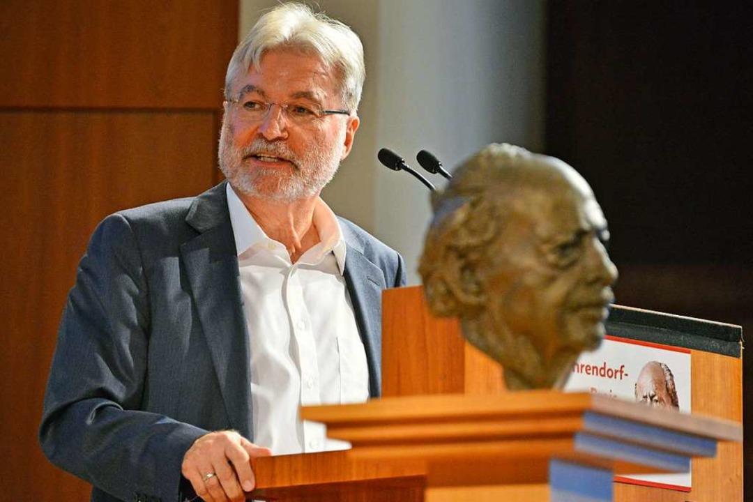 BZ-Herausgeber Thomas Hauser spricht auf der Preisverleihung im Jahr 2017.  | Foto: Michael Bamberger