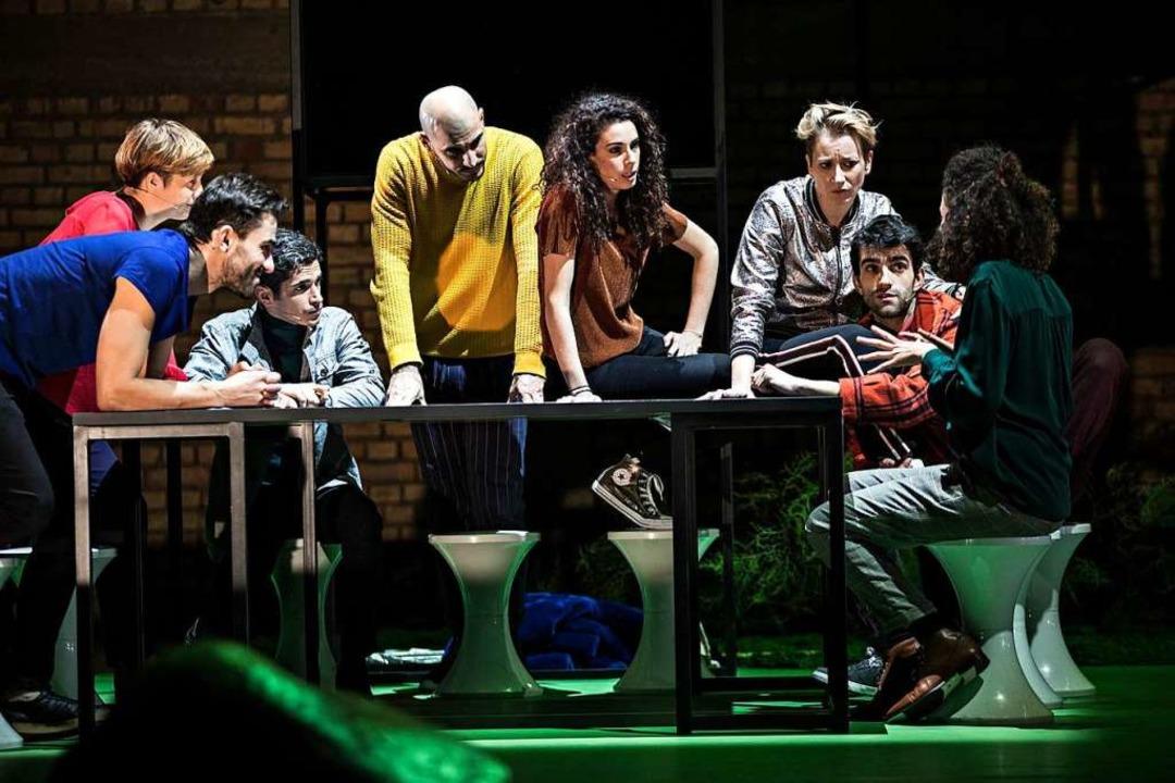 Soziokultureller Rundumschlag auf der ...: Szene aus der Straßburger Produktion  | Foto: Jean-Louis Fernandez