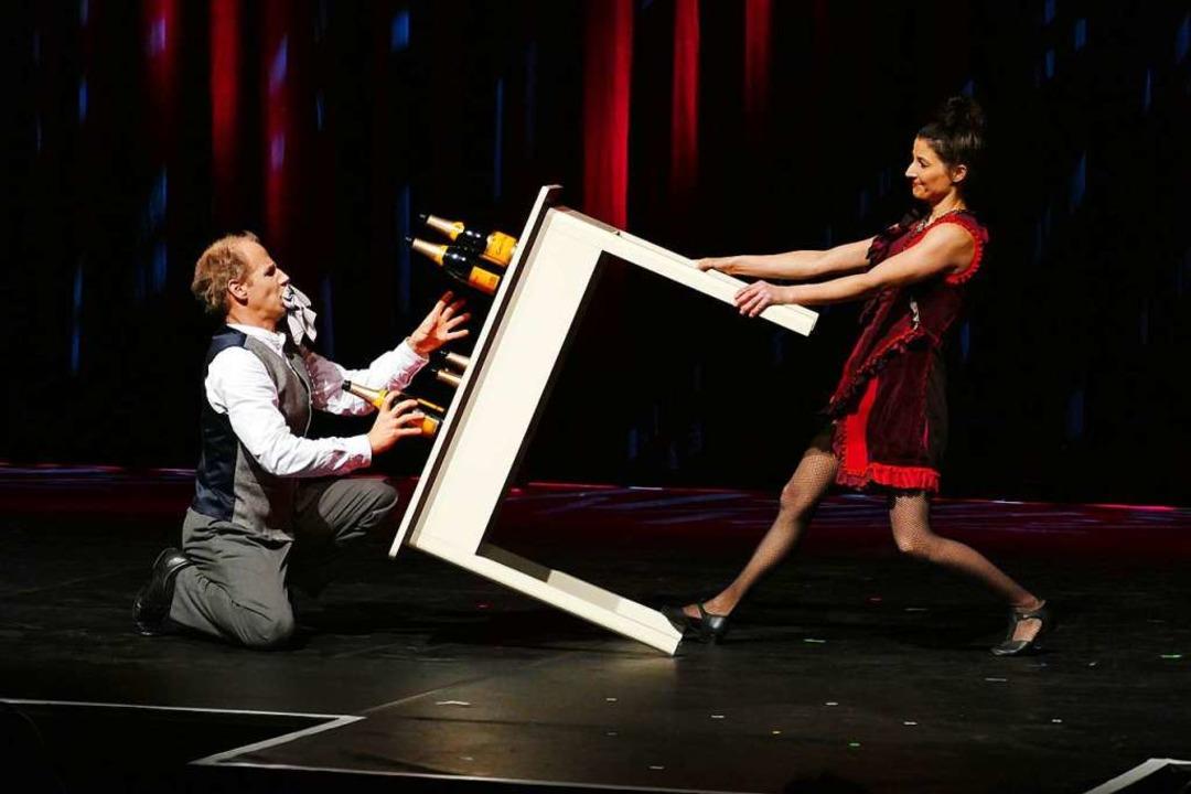 Das Schweizer Duo E1NZ zeigte bei der ...rigen Eröffnungsgala  Artistiknummern.  | Foto: Wolfgang Grabherr