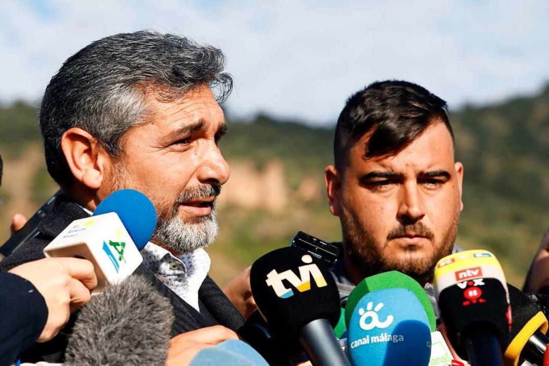 Juan José Cortés (l) und Jose Ribello,...rigen Julen, sprechen zu Journalisten.    Foto: dpa