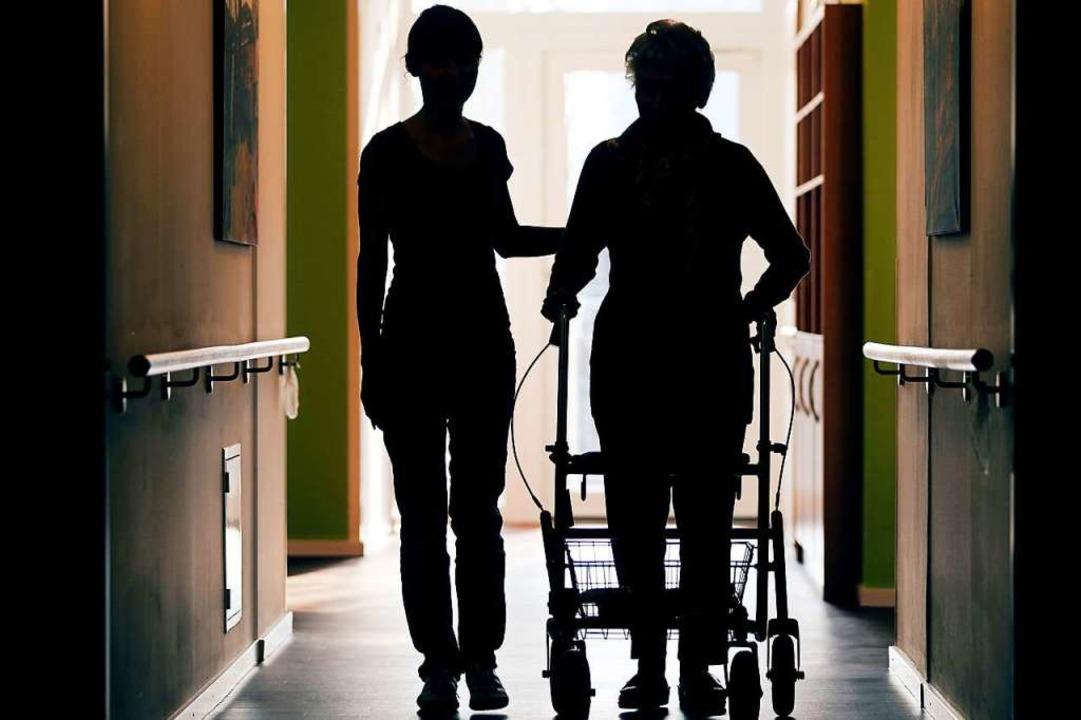 Pflegerin in einem Seniorenheim.     Foto: DPA