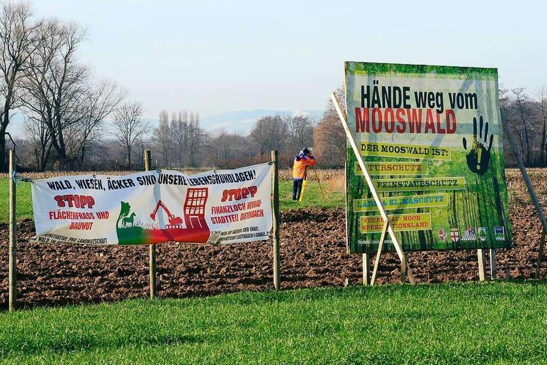 Die Gegner eines möglichen neuen Stadt...ssen beginnen die Vermessungsarbeiten.  | Foto: Ingo Schneider