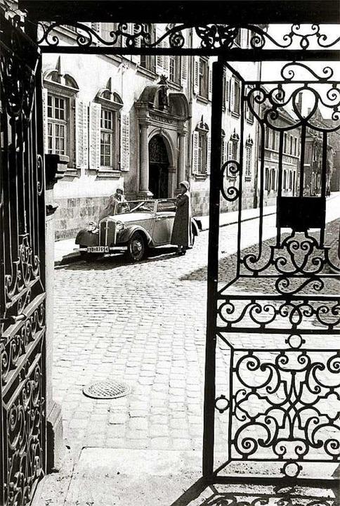 Durch das Tor des Vinzentiusgartens so...storisches Foto aus den 1930er Jahren.  | Foto: Archiv Dr. Paul Wolff & Tritschler
