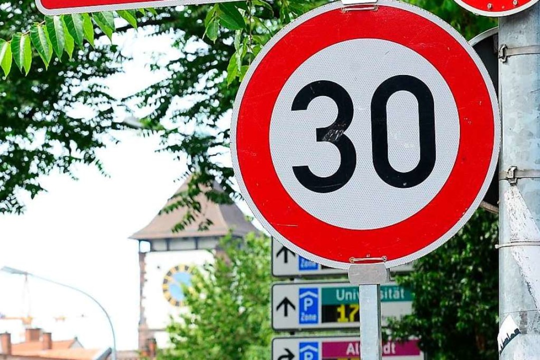 Tempo 30 gilt auf Freiburgs Hauptdurchfahrt rund um die Uhr (Archivbild).  | Foto: Ingo Schneider