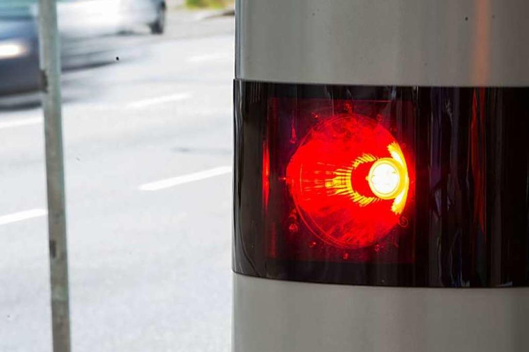 Die Blitzer an der B31 sollen am Montag scharfgestellt werden (Symbolbild).  | Foto: dpa