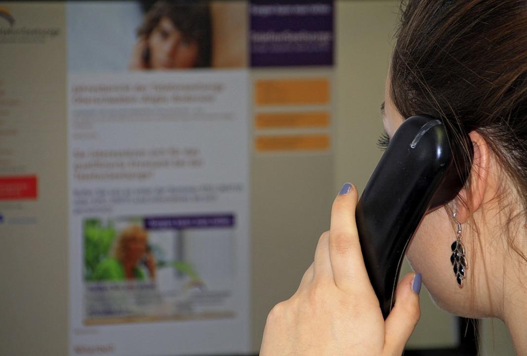 Viele Menschen suchen per Telefon Rat ...nsamkeit oder finanziellen Problemen.   | Foto: Symbolfoto: Andreas Ambrosius (dpa)