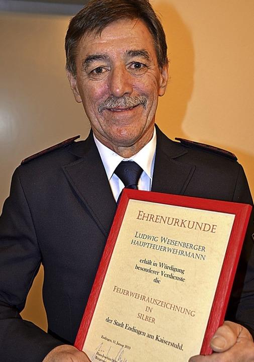 Ludwig Weisenberger erhielt für 35 Jah...ehrdienst die Bandschnalle in Silber.     Foto: Roland Vitt