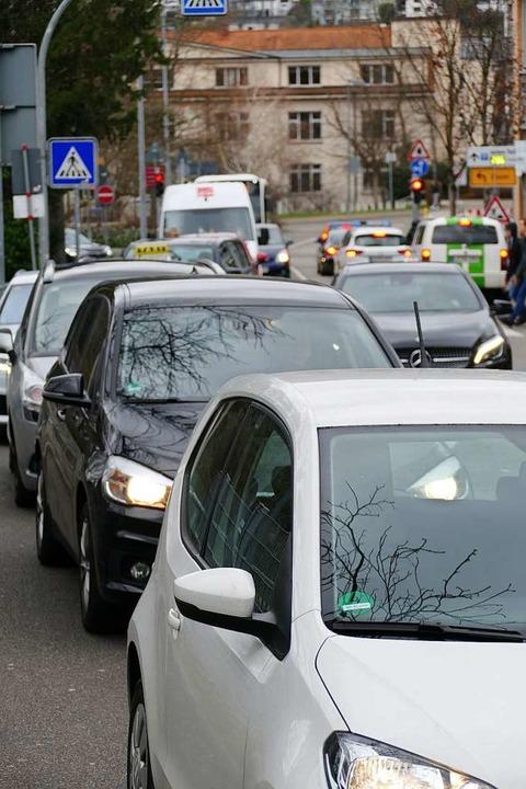 Stau vor dem Bahnübergang an der Baumgartnerstraße    Foto: Peter Gerigk