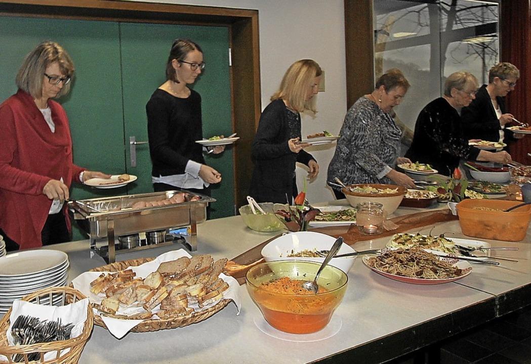 Nach dem Neujahrsempfang ließen es sich die Gäste in Bischoffingen schmecken.    Foto: Herbert Trogus