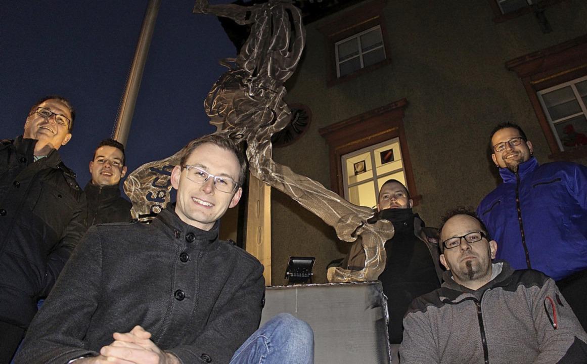 Die Guggen-Figur steht schon vor dem R... die neue Dekoration vor dem Rathaus.   | Foto: Guy Simon