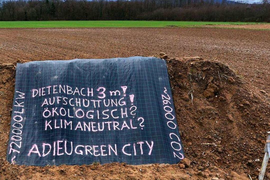 Protestaufschüttung von Dietenbach-gegnern am Mundenhof.  | Foto: Thomas Kunz