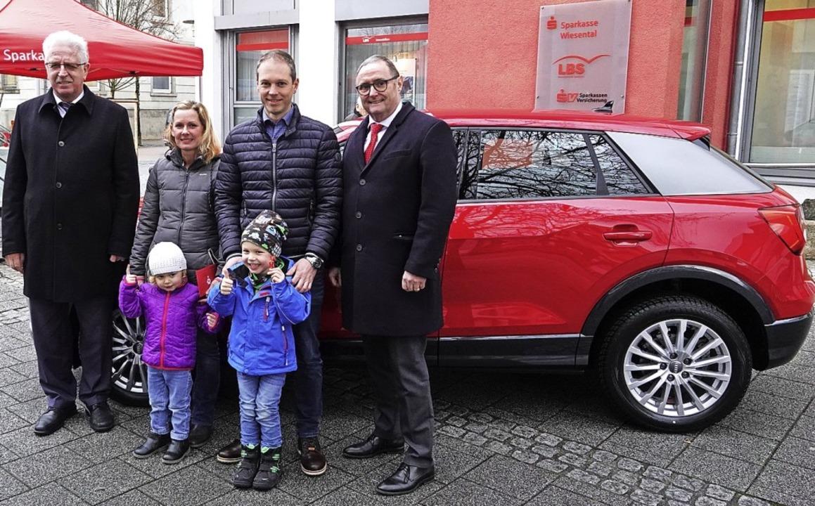 Felix Muschelknauz (im blauen Anorak) ... sowie  Sparkassenchef Lothar Müller.   | Foto: Hege